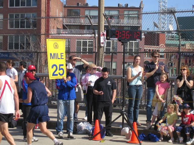 Mile 25 marker on the MBTA overpass on Beacon Street at the 2005 Boston Marathon (Courtesy: Pingswept)